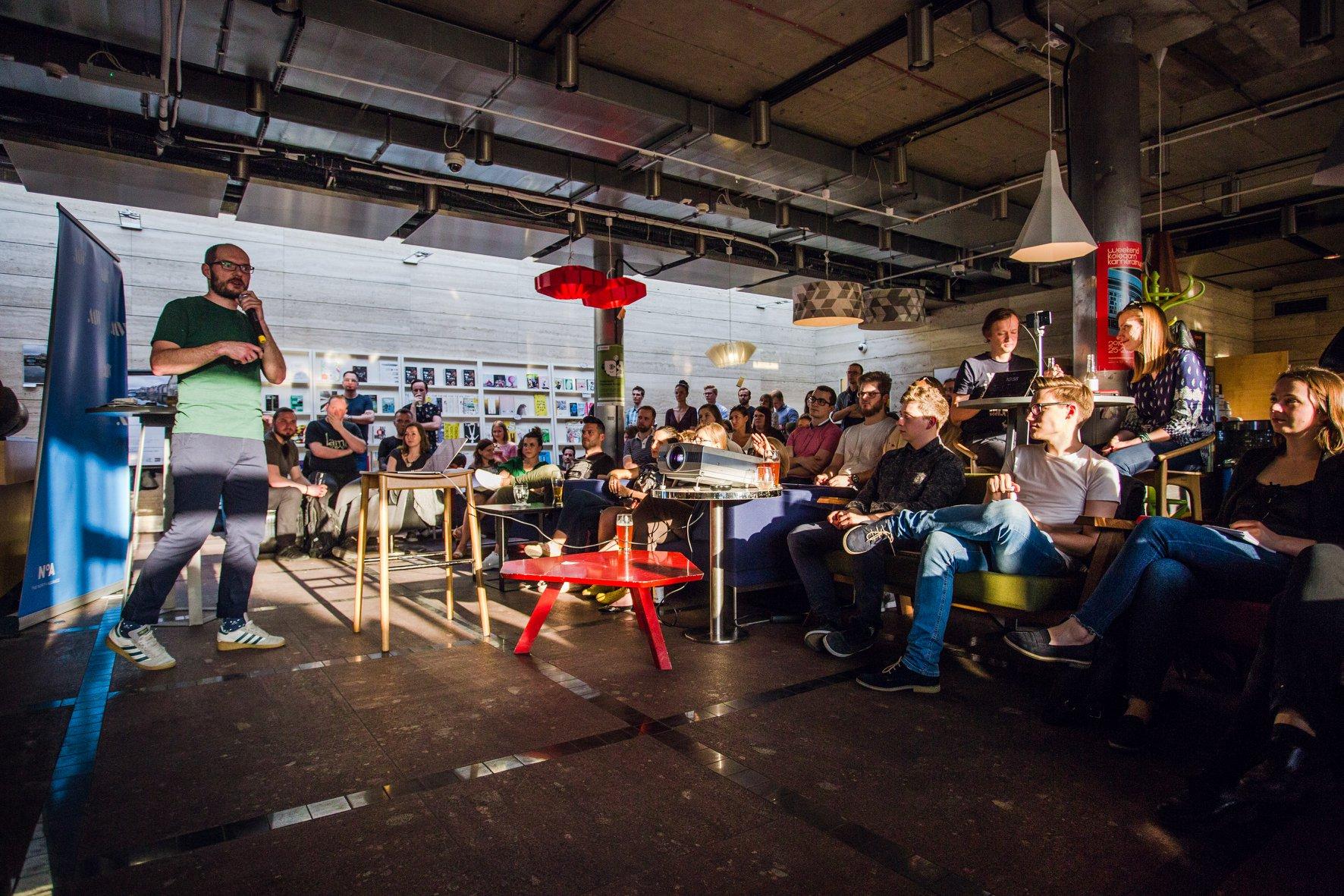 Zdjęcie z wystąpienia w Metaforma Cafe. Prezentuje Łukasz Tyrała.